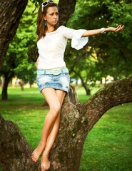 Картинка девушка на дереве на телефон (фотография) (#22245)